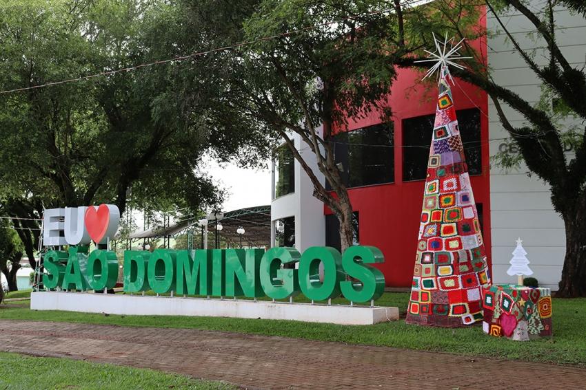 Famílias produzem peças de crochê para enfeitar árvores de Natal em São Domingos