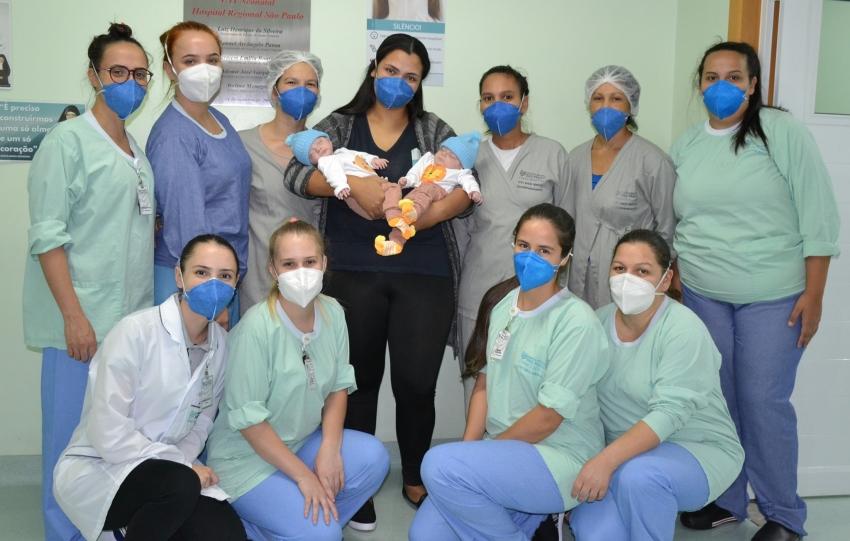 Após mais de três meses internados, gêmeos prematuros deixam hospital em Xanxerê