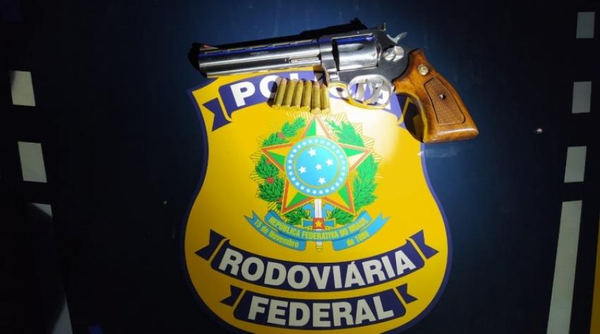 PRF apreende revólver carregado e com numeração raspada em Xanxerê