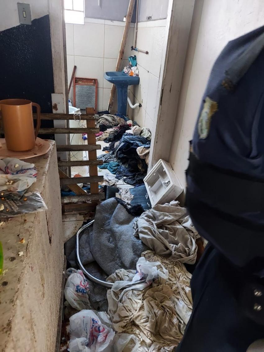 Após denúncia de maus-tratos, três crianças e um recém-nascido são encontrados em condições sub-humanas em casa no Paraná