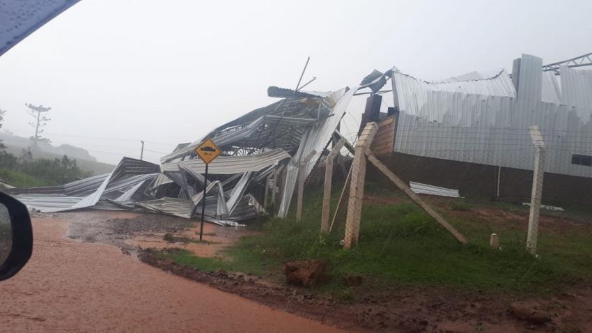 Garagem da prefeitura de Ouro Verde é destruída por vendaval