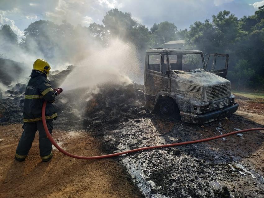 Caminhão é completamente destruído pelo fogo em Bom Jesus