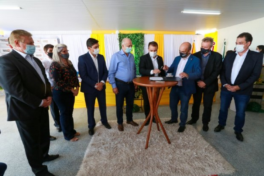 Governador anuncia repasse de R$ 21,8 milhões para municípios do Meio-Oeste