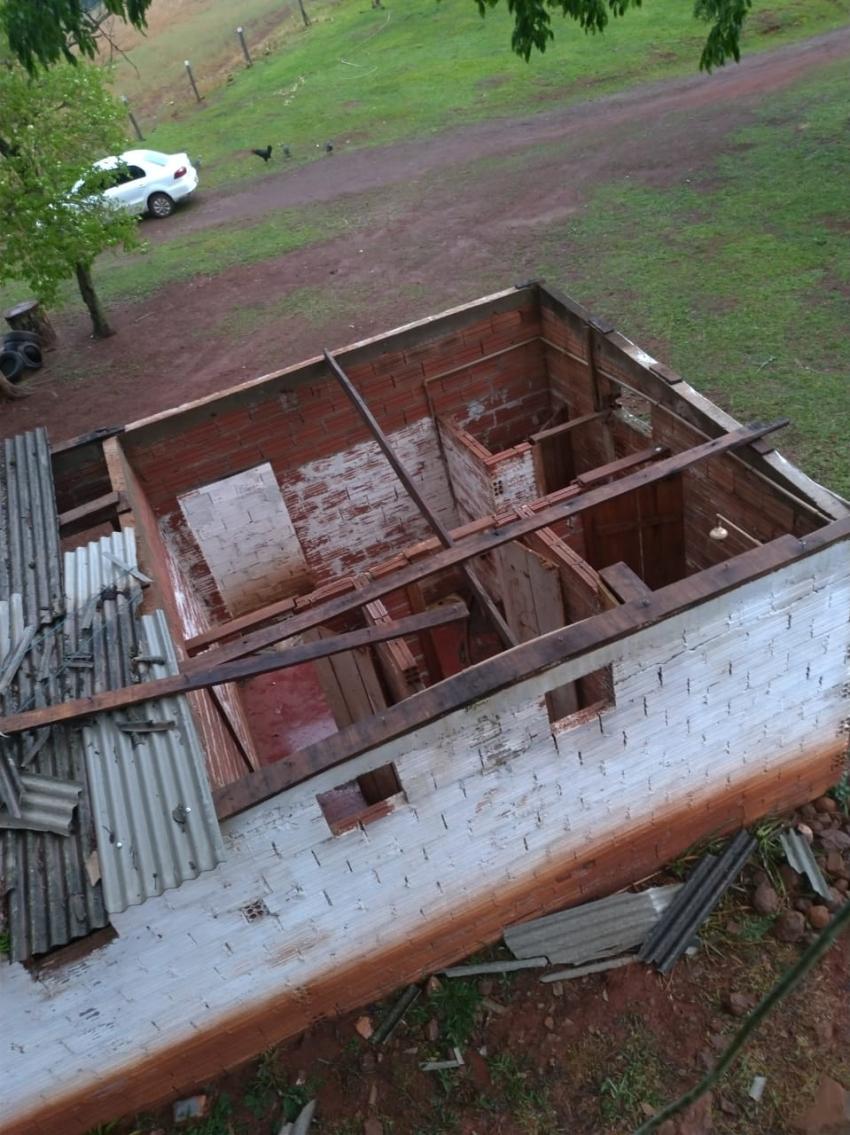 Árvores arrancadas e casas destelhadas com os fortes ventos em São Domingos