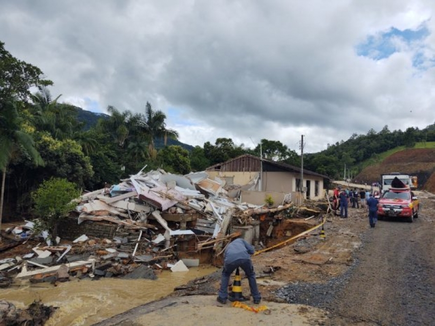 Sobe para 12 o número de mortos por enxurrada no Alto Vale do Itajaí