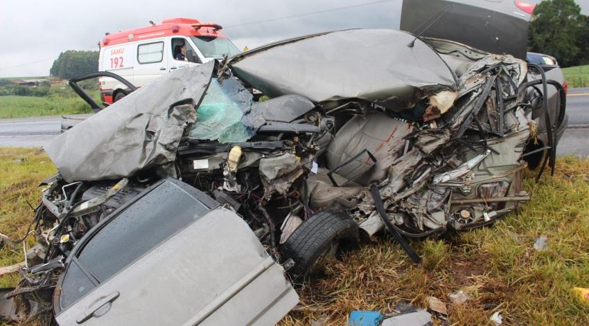 Pai e filha morrem em colisão entre automóvel e carreta