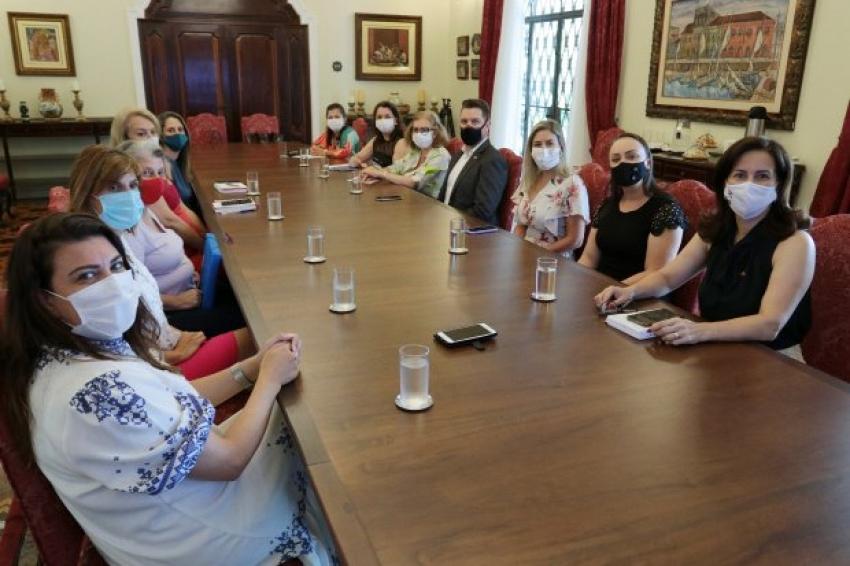 MEC apresenta programa de educação bilíngue para surdos à Secretaria de Estado da Educação