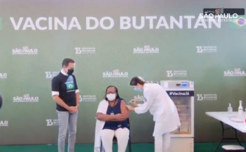 Após aprovação da Anvisa, enfermeira, de 54 anos é a primeira pessoa a ser vacina no Brasil