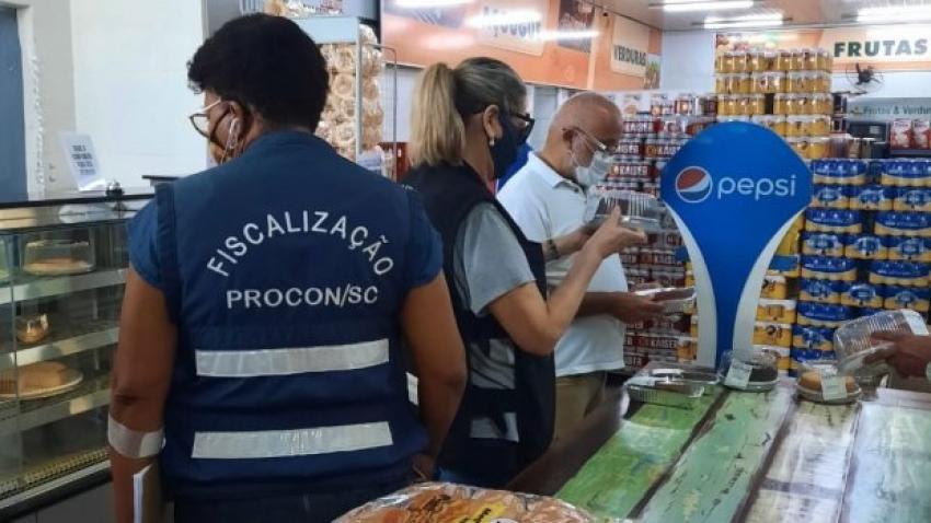 Procon/SC apreende produtos vencidos e mal-acondicionados em comércios do Estado