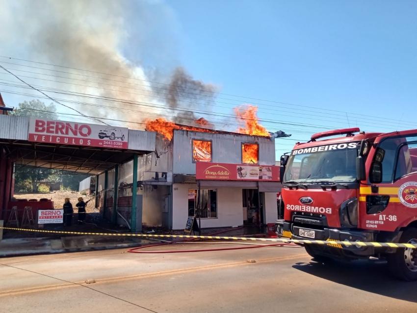Residência e estabelecimento comercial destruídos por incêndio em São Domingos