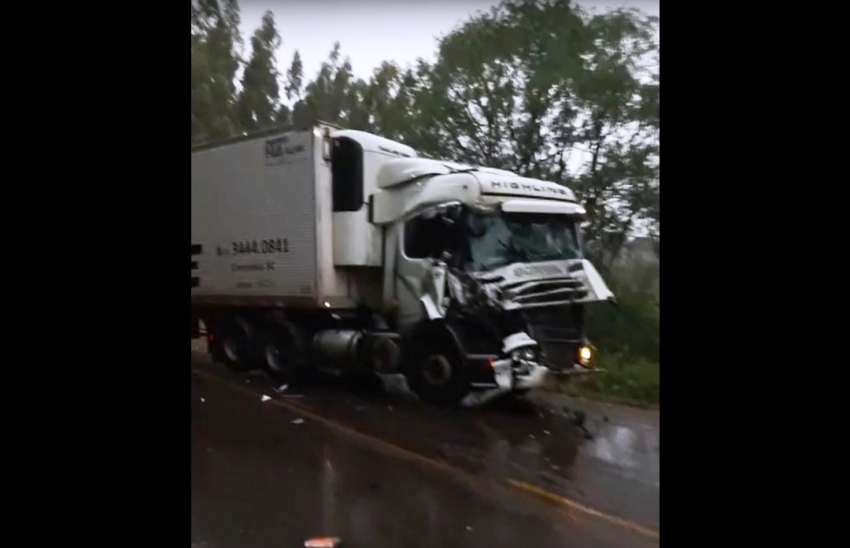 Colisão traseira entre carretas deixa pista obstruída na BR-282