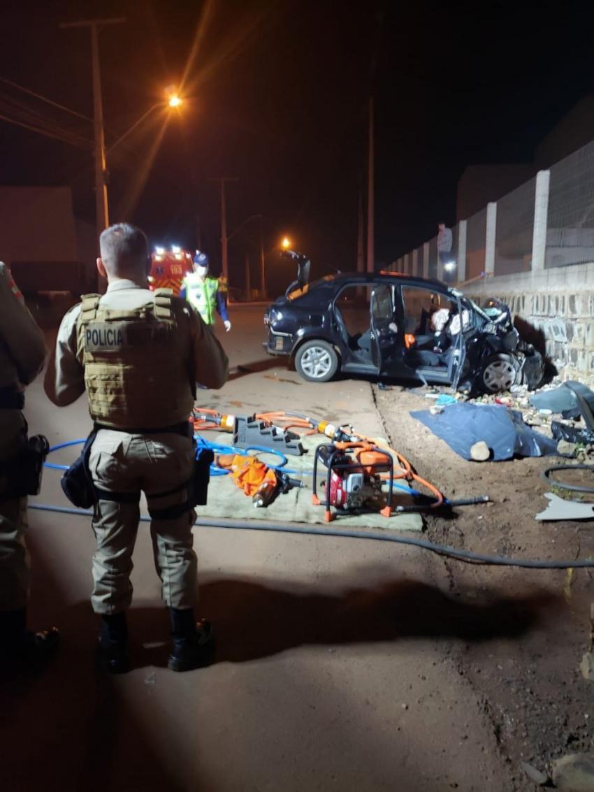 Duas pessoas morrem após carro colidir contra muro de pedras