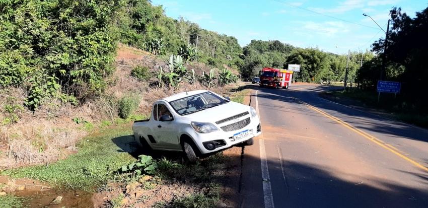 Veículo colide em máquina agrícola em Ipuaçu