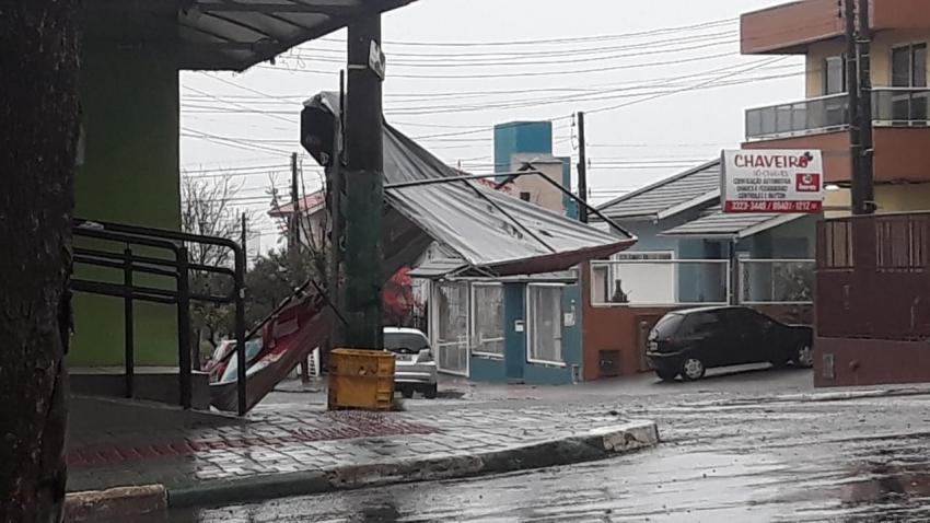Mais de 50 famílias pedem lonas após ventos fortes em Chapecó