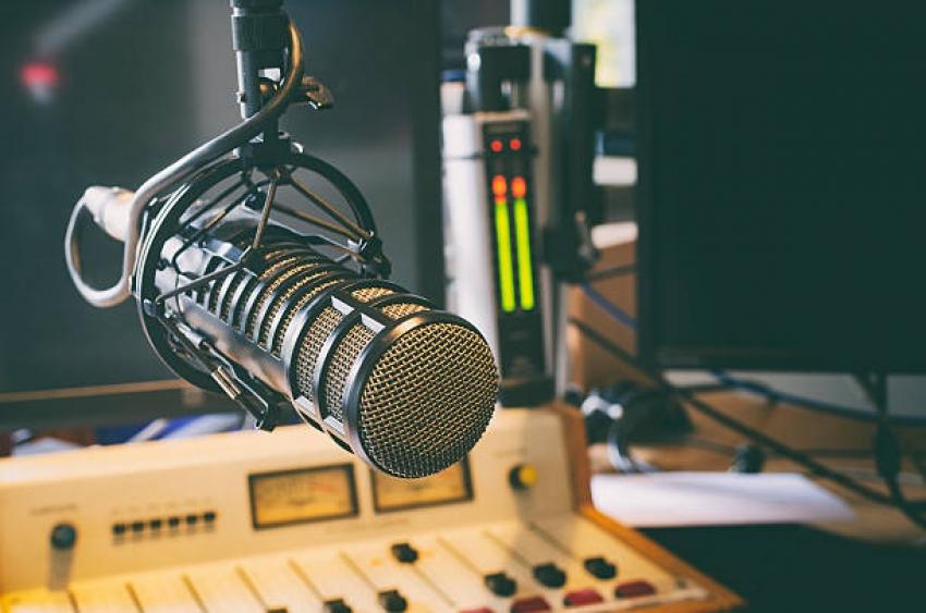Estudo aponta que o rádio supera a TV e as mídias sociais em engajamento publicitário