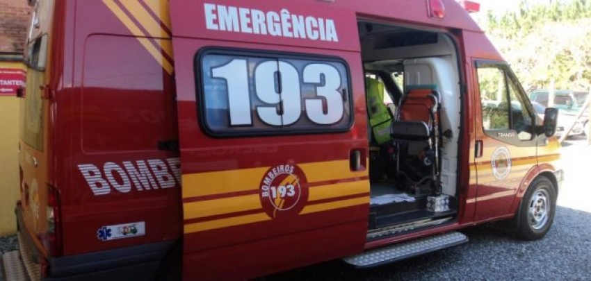 Bombeiros combatem incêndio em residência em São Domingos