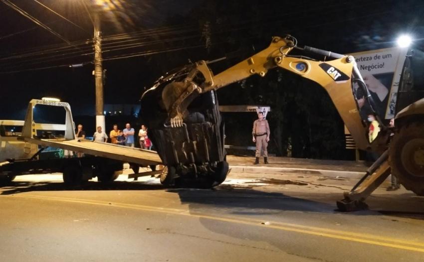 Veículo cai de aproximadamente oito metros e atinge carro com dois ocupantes em SC