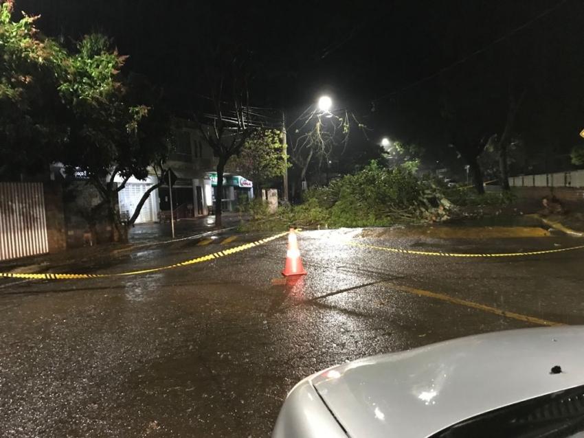 Fortes ventos provocam transtornos em cidades da região