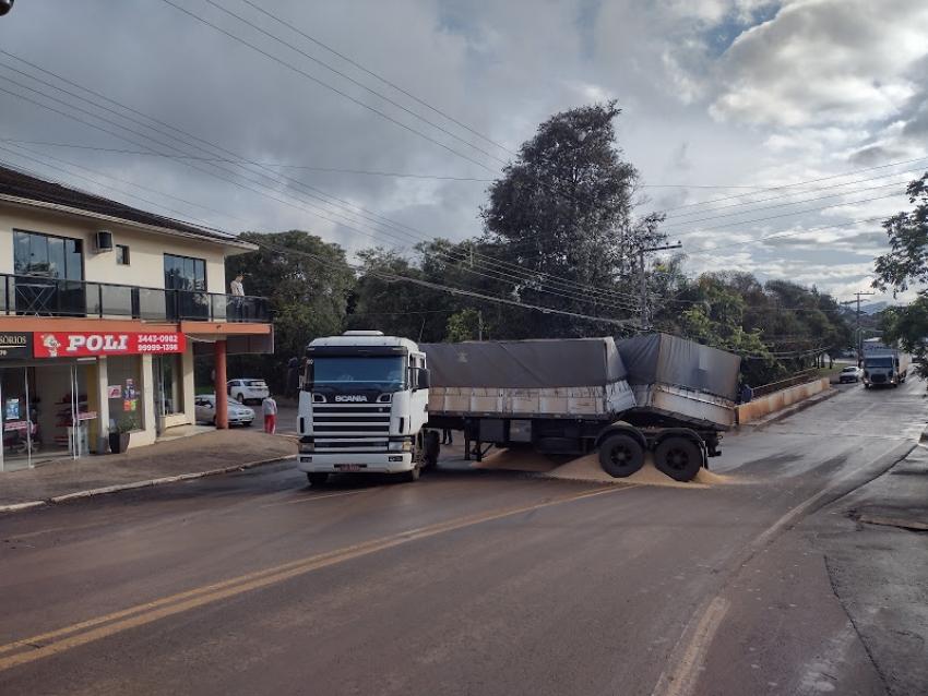 Motorista perde controle de bitrem e pista está parcialmente interrompida em São Domingos