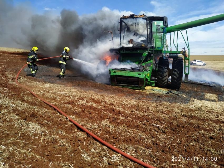 Colheitadeira é completamente destruída pelo fogo em Xanxerê