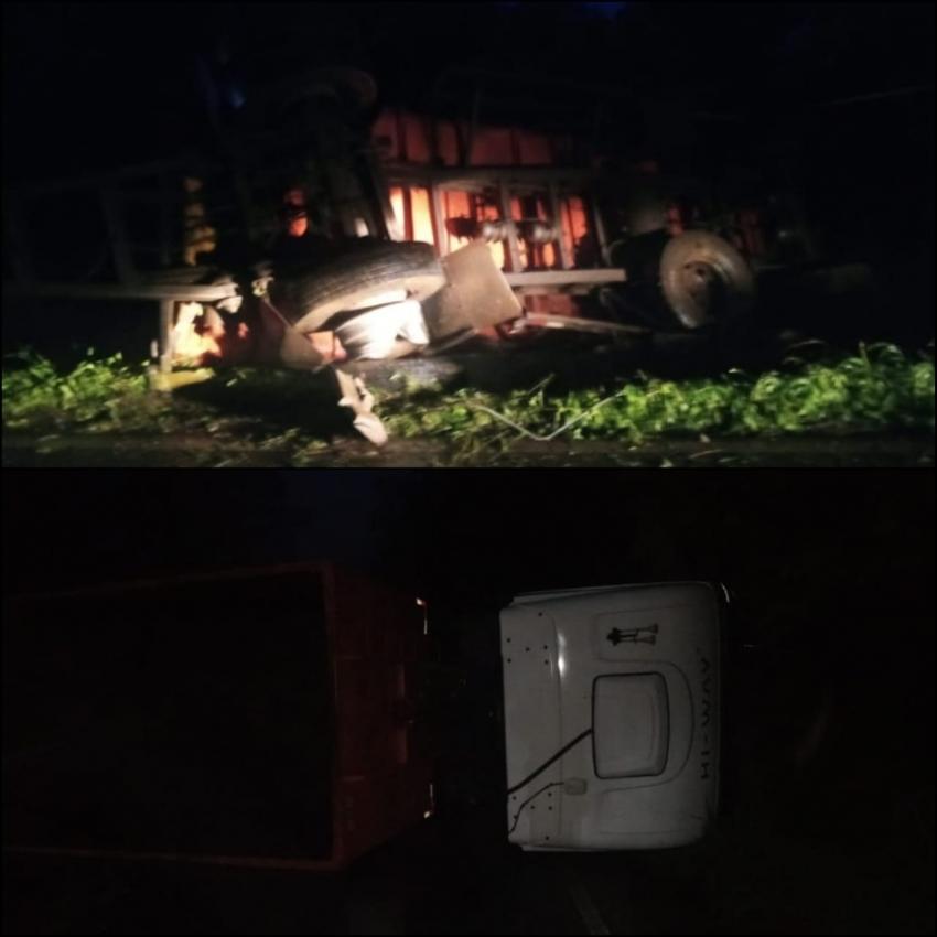 Caminhão tomba e compromete SC-355 na madrugada desta sexta-feira