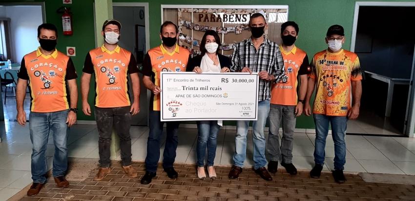 Apae recebe R$ 30 mil de grupo de trilheiros de São Domingos
