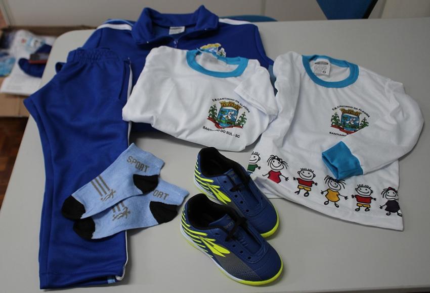 Alunos de Santiago do Sul recebem kit com uniforme escolar