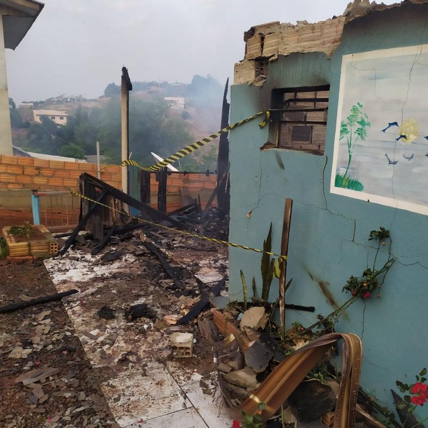 Incêndio destrói residência em Jupiá