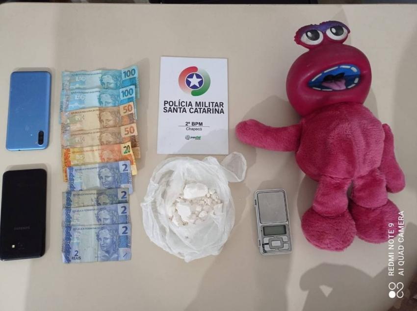 Jovens são presos com cocaína dentro de urso de pelúcia em apartamento