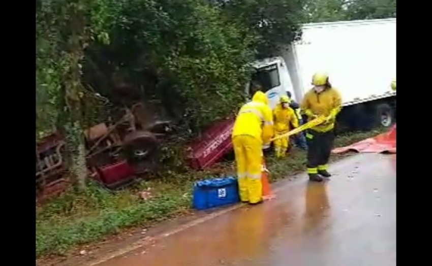 Acidente entre caminhões e caminhonete provoca morte na SC-283