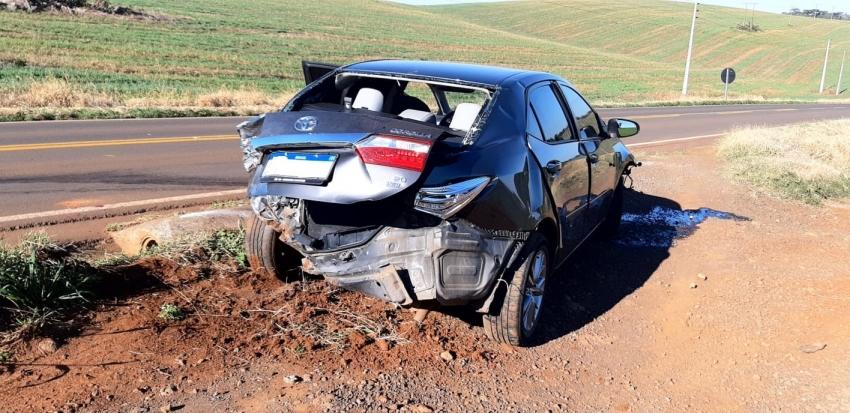 Veículo destruído em saída de pista em São Domingos