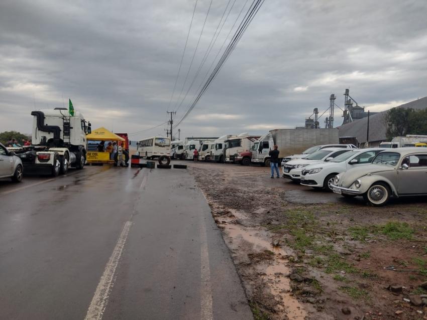Trânsito de caminhões é bloqueado em São Domingos